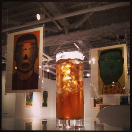 渋谷のギャラリー2軒目。ここでも飲むっていうね。アツコバルーのTAGAMI展に来ています。